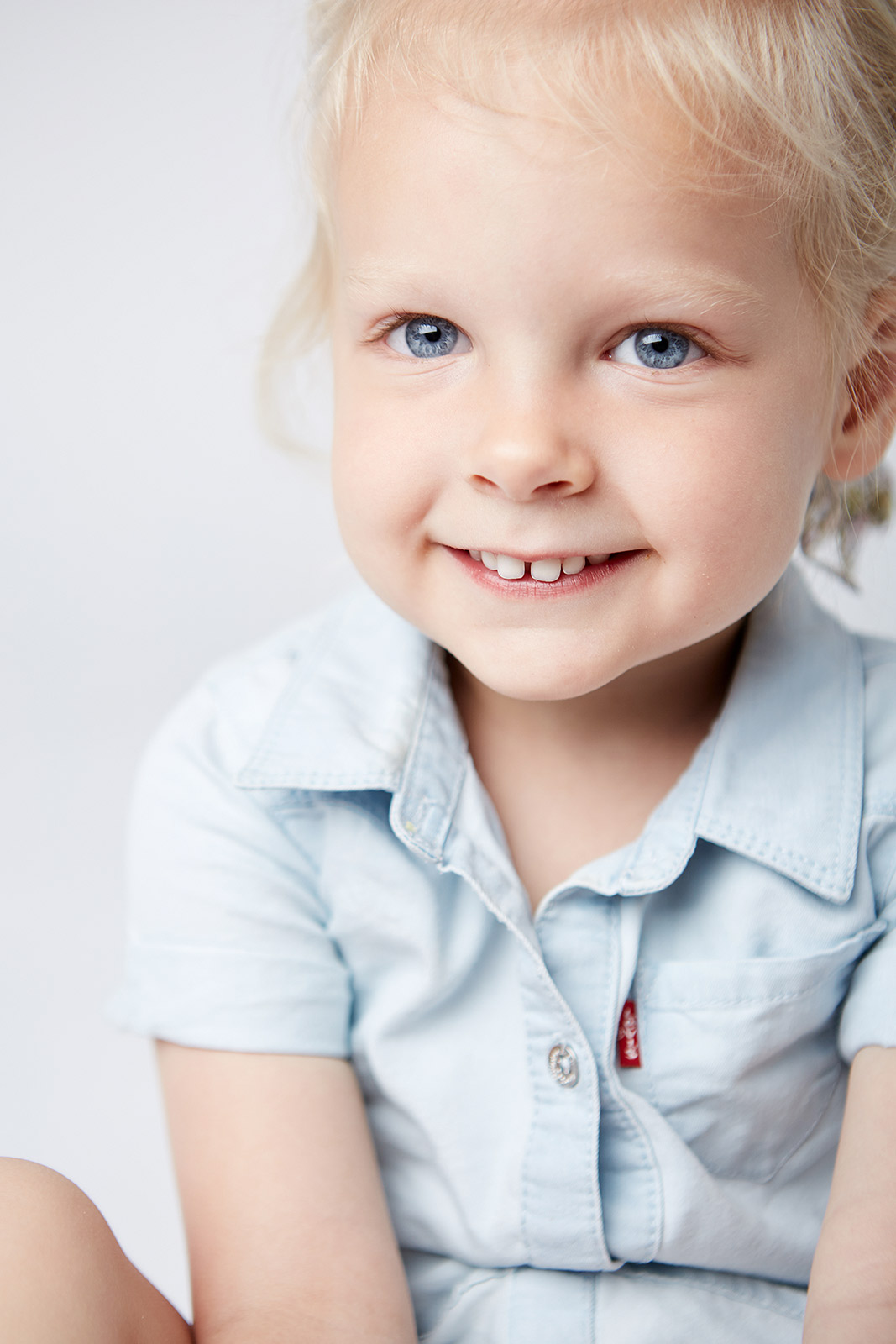 Kids_Studio_Photograher_Chicago_Girl_White_Squint_Portrait_Smile_Tiny_Space_Studio